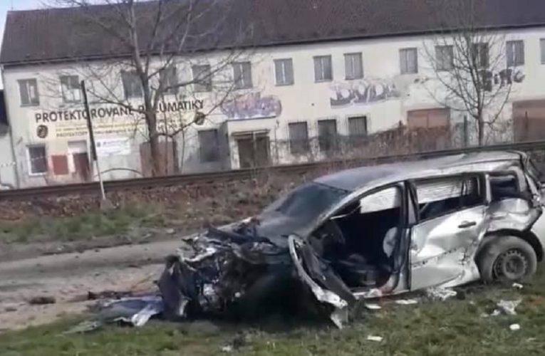 Séc: 𝑻𝒂𝒊 𝒏𝒂̣𝒏 xe ô tô mang biển số 3C1 5466  khiến 2 Việt người trên xe bị 𝒕𝒉𝒖̛𝒐̛𝒏𝒈 𝒏𝒂̣̆𝒏𝒈