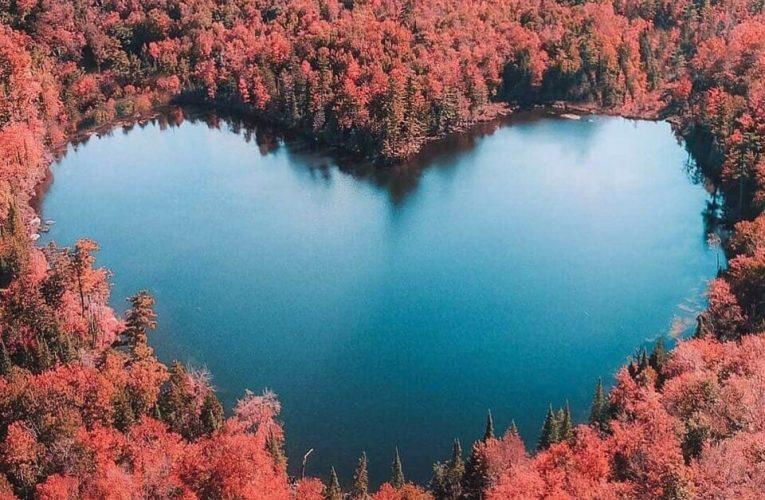 Rung động trước vẻ đẹp của hồ nước hình trái tim ở Canada và trên thế giới